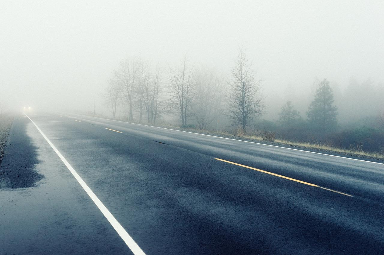 Туман на трассе картинка