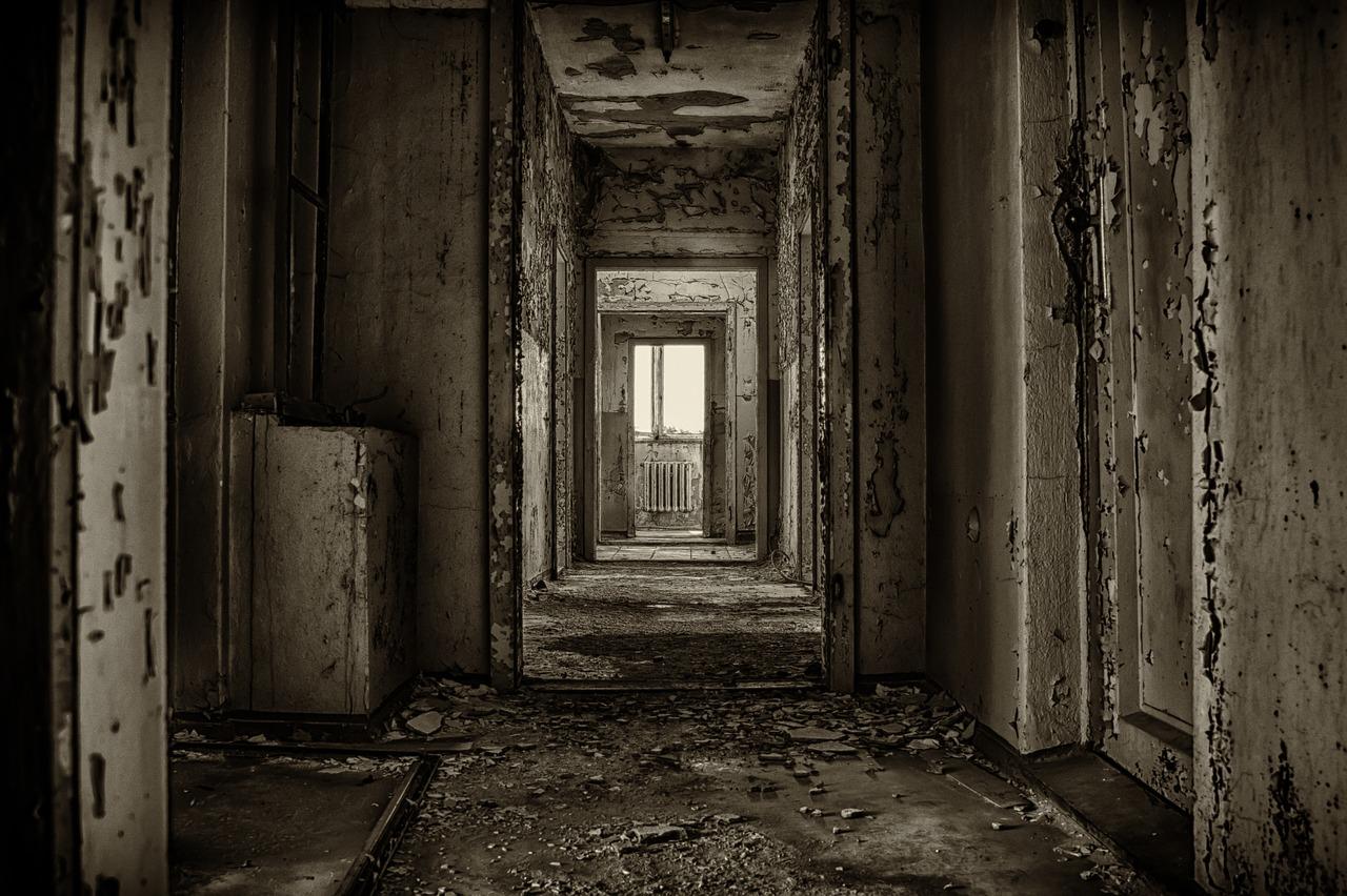 заброшенный дом и открытая дверь фото благодаря своей