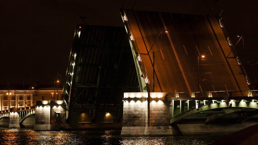 Дворцовый мост все лето будут разводить под классическую музыку