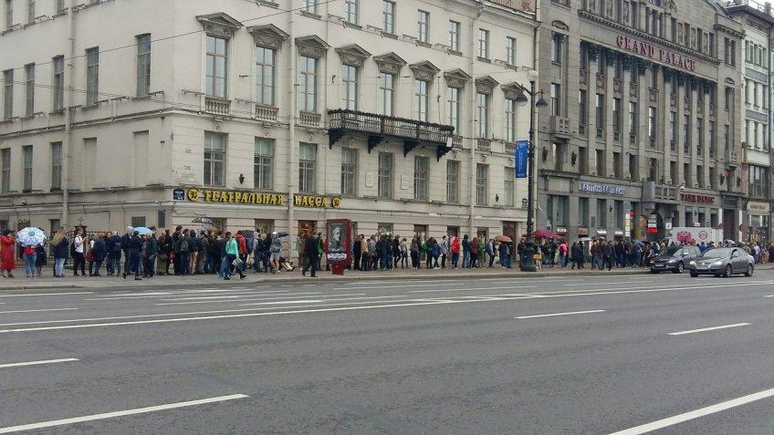 Вцентре Петербурга выстроилась внушительная очередь заавтографом вокалиста Rammstein