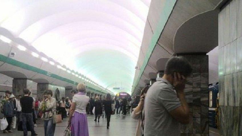 Станция метро «Приморская» вПетербурге закрыта из-за неисправного состава