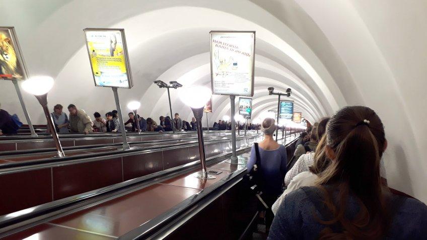 Станции «Гостиный двор» и«Невский проспект» вПетербурге закрыты напроверку