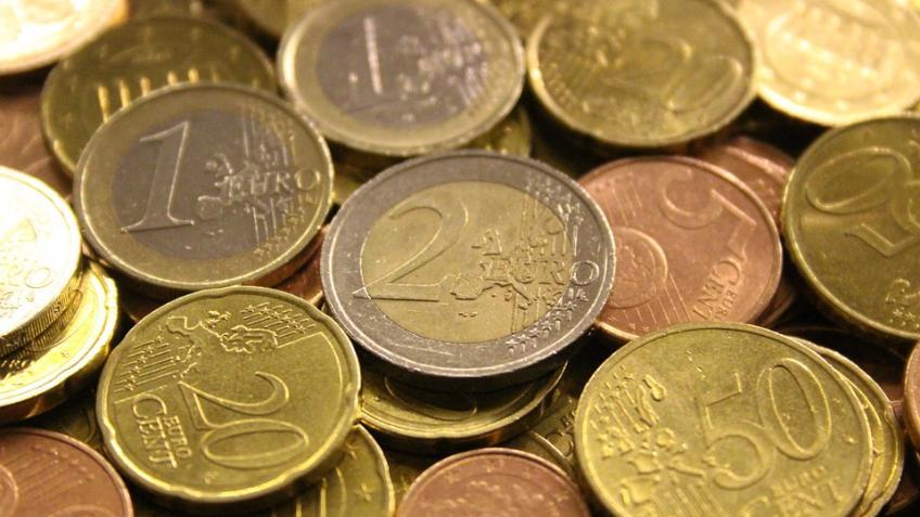 Официальный курс евро вырос практически на1 руб.