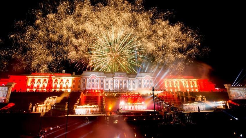 Осенний праздник фонтанов вПетергофе сразил  лазерным шоу
