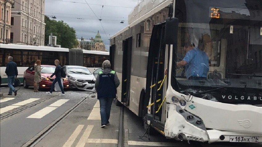 ВПетербурге столкнулись автобус идве легковушки, есть пострадавшие
