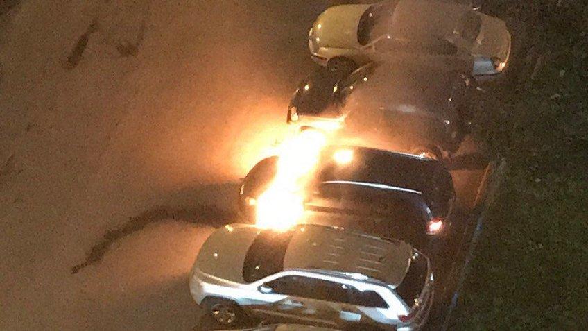 Напроспекте Просвещения тушили сразу три автомобиля