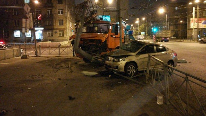Автокран снёс столб наИвановской улице после столкновения слегковушкой