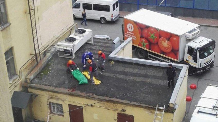 ВПетербурге скончался упавший скрыши около метро «Чкаловская» мужчина