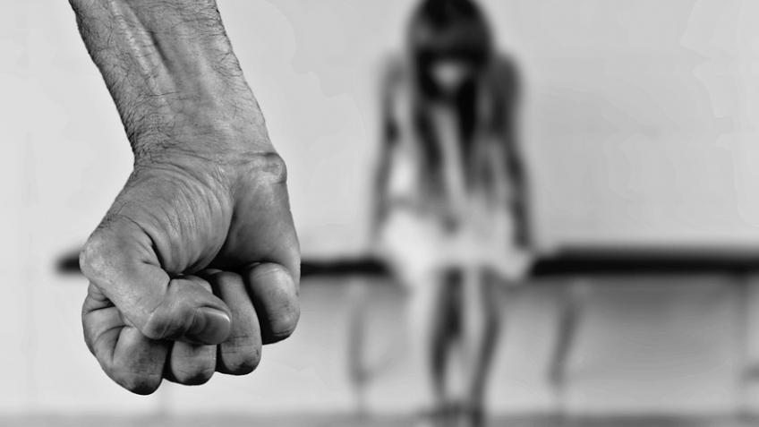 ВПетроградском районе изнасиловали девушку