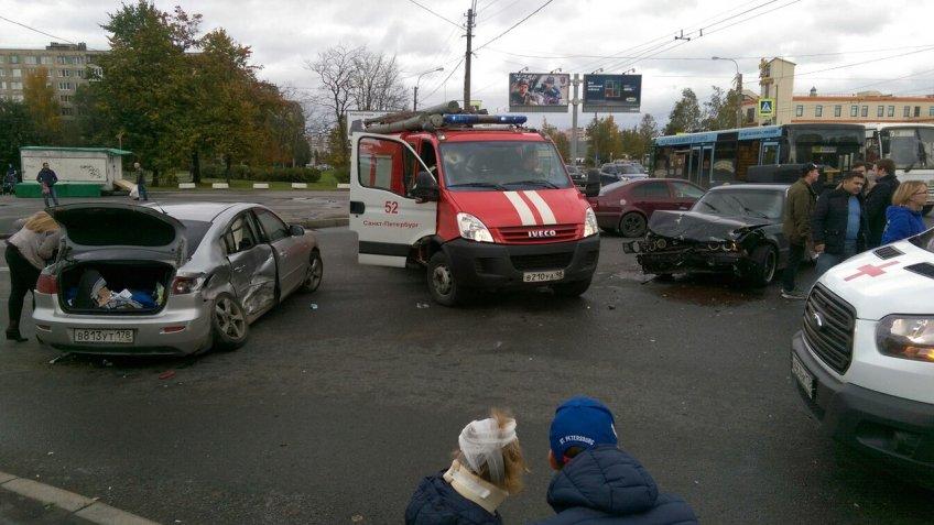 ВНевском районе столкнулись сразу три машины, есть пострадавшие