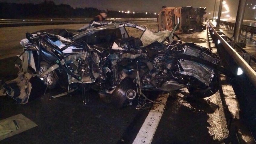 НаКАД иностранная машина расплющилась осамосвал, шофёр чудом остался живой