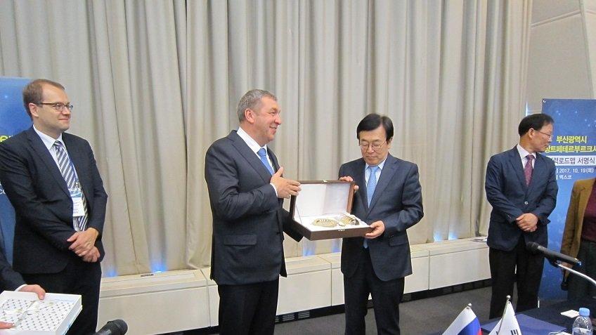 «Дорожную карту» сотрудничества до 2021г подписали Петербург иПусан
