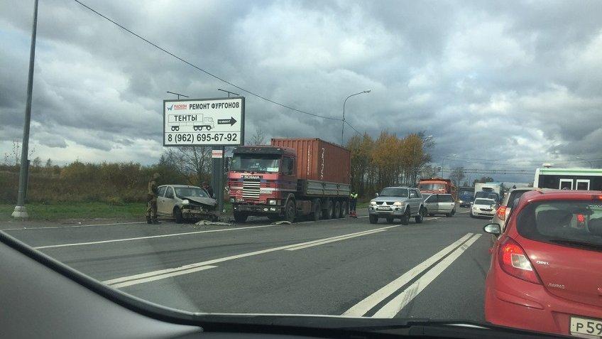 Тяжелая авария спогибшими заблокировала дорогу на столицу вЛенобласти