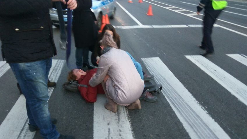Мотоциклист сбил 2-х женщин наНевском проспекте вПетербурге
