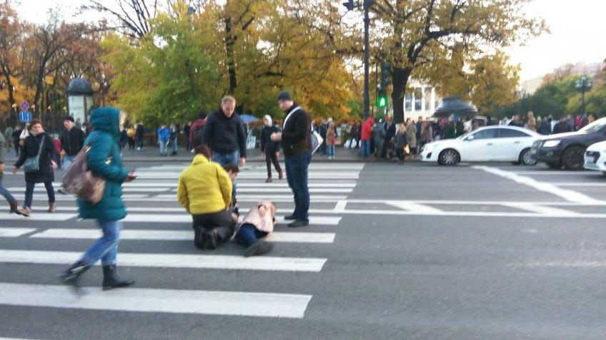 ВПетербурге мотоциклист наехал наженщин около Елисеевского универмага