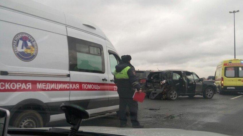 Напомощь пострадавшим вмассовом ДТП наКАД прилетел вертолет