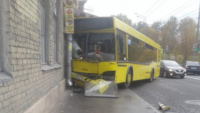 ВПетербурге пассажирский автобус протаранил дом