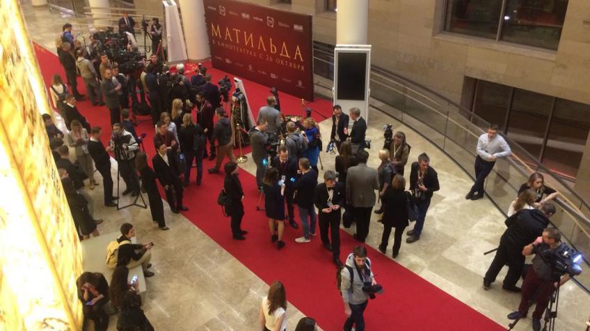 Премьеру «Матильды» в Петербурге омрачила бомбёжка фекалиями