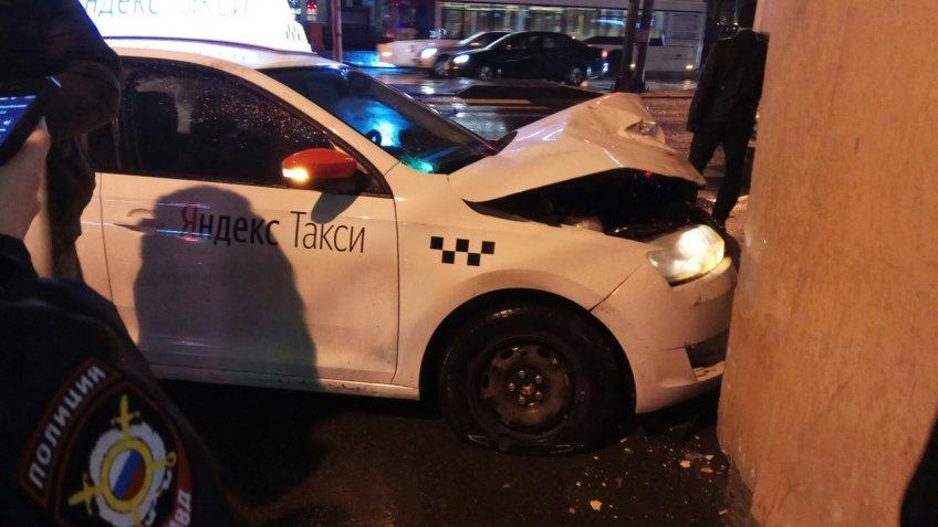 ВПетербурге автомобиль «Яндекс.Такси» протаранил ресторан