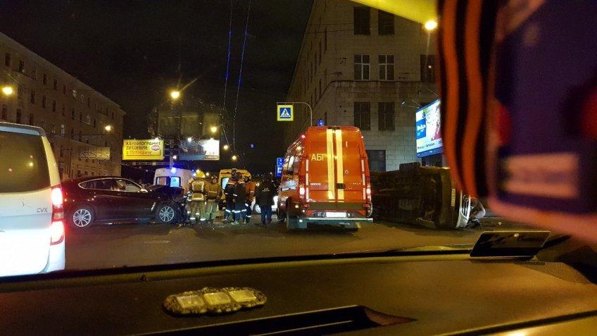 Винтернете появились фотографии жуткого ДТП вПетербурге наСампсониевском проспекте