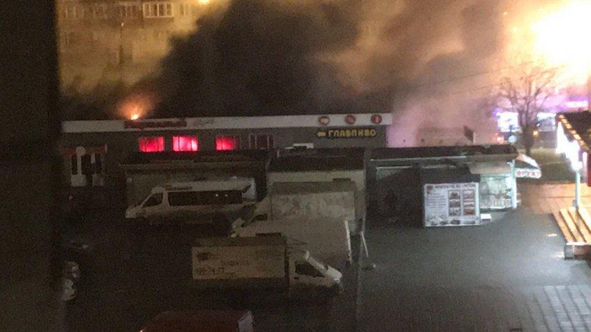 Появились первые фотографии сместа пожара наПятилеток, где вспыхнул магазин
