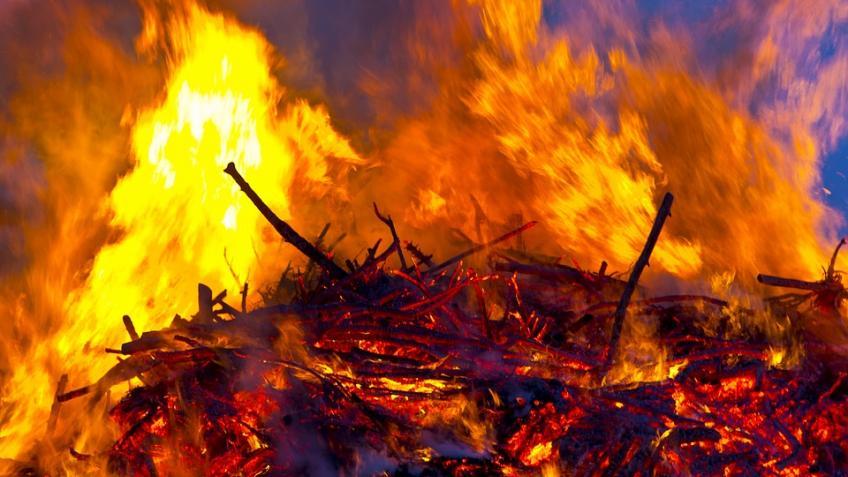 ВПетербурге наВасильевском острове впожаре вкоммуналке живьем сгорела пенсионерка