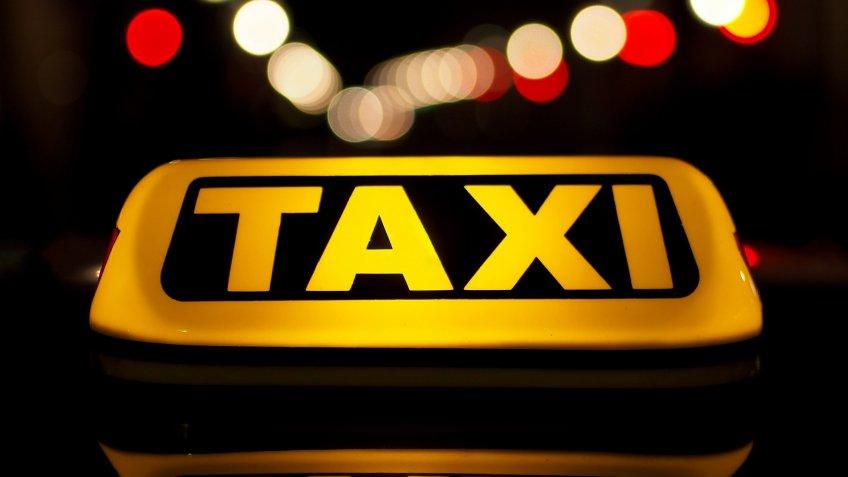 Прохожие приняли зарекламу машину такси, упавшую вМойку вцентре Петербурга