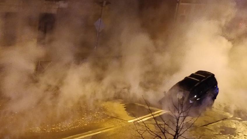 ВПетербурге повине коммунальщиков под землю провалился автомобиль