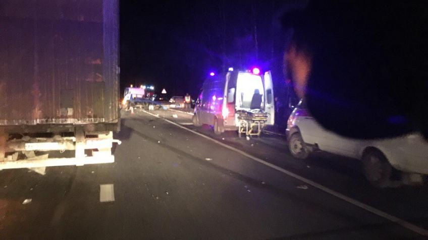 Крупная авария наМурманском шоссе: столкнулись фура, грузовик, эвакуатор инесколько легковых автомобилей