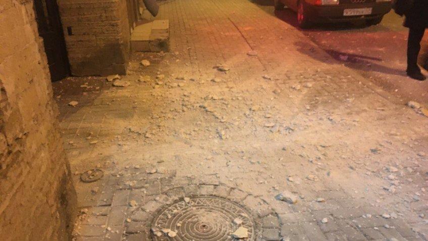 НаХерсонской улице штукатурка обрушилась натротуар