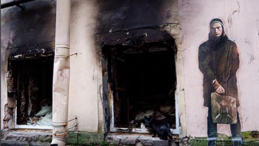 Петербургский художник создал напострадавшем отпожара доме граффити сПавленским