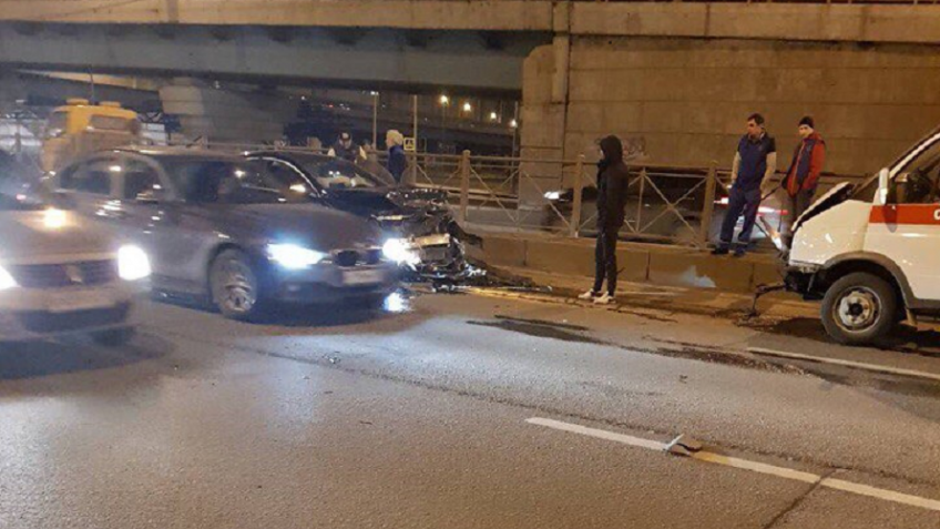 НаПискарёвском проспекте столкнулись Mercedes и«скорая помощь»