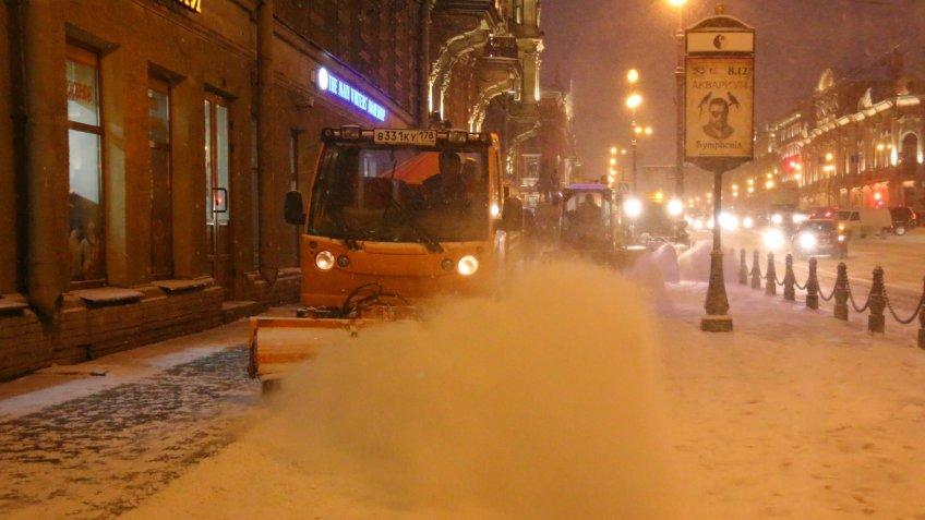 К ночному снегопаду в Петербурге подготовили больше 500 уборочных машин