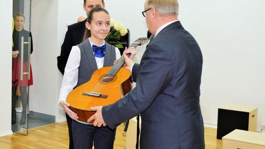 Путин подарил гитару шестикласснице изПетербурга