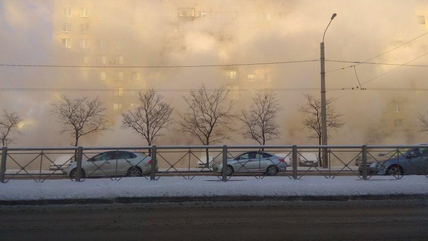 Купчинский «фонтан». Напроспекте Славы прорвало трубу сгорячей водой