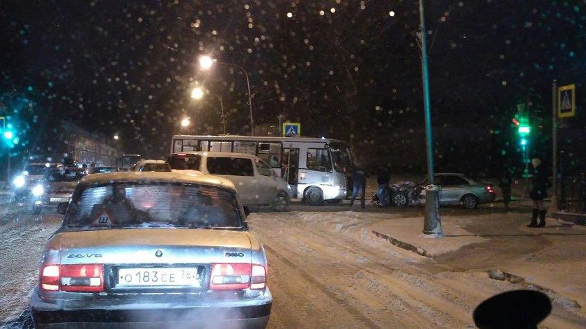 Три человека пострадали вДТП савтобусом