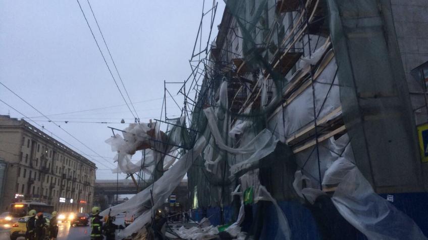 Напроспекте Стачек строительные леса рухнули напроезжающие автомобили