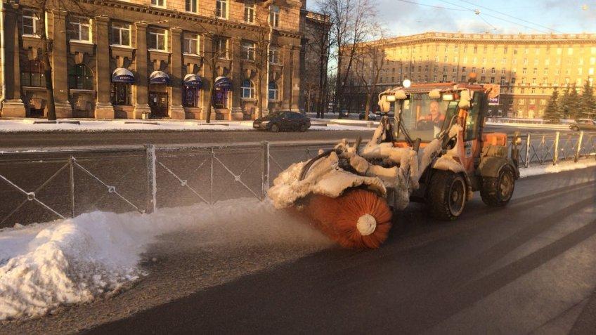 После ночной метели Петербург чистят неменее 750 машин