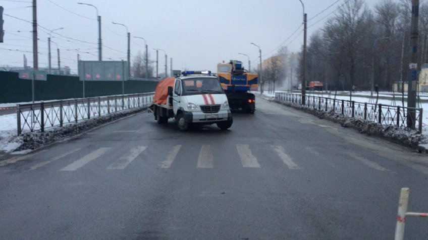 Прорыв трубы ограничил движение машин поКараваевской улице