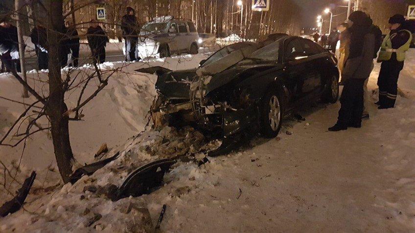 «Ауди» таранила опору ЛЭП под Петербургом: умер шофёр