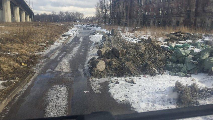 Петербуржцы жалуются на нелегальную свалку вМосковском районе