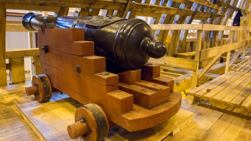 Накопию парусного корабля «Полтава» установили последнюю доску наружной обшивки