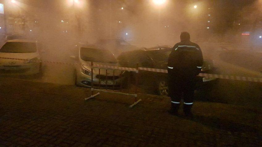 НаЛенинском две машины ушли под землю из-за прорыва трубы