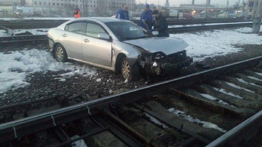 ВПетербурге близ вокзала машина вылетела нажелезнодорожные пути