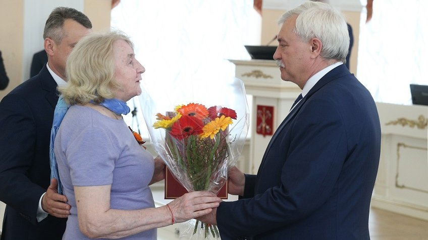 Губернатор вручил документы нановые квартиры ветеранам ВОВ