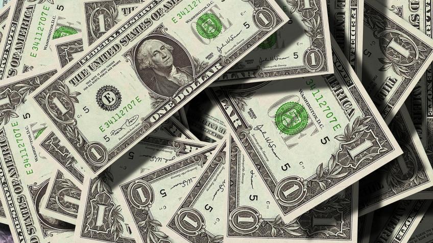 НаНевском проспекте изокна машины разбрасывали 100-долларовые купюры