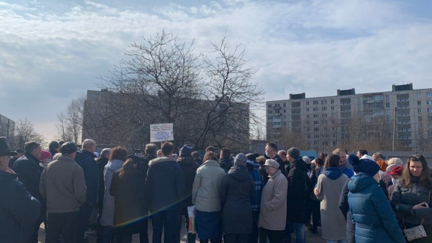 Жители Купчино вышли на акцию протеста против застройки сквера на Олеко Дундича